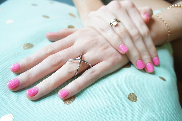 lehce růžový perleťový lak