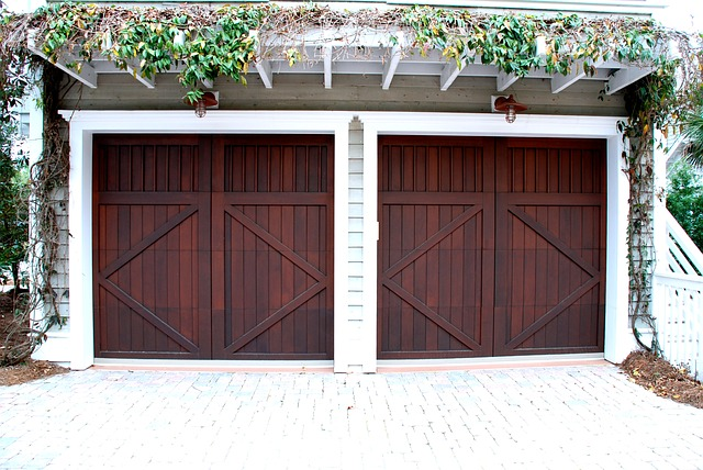dvoje dřevěná vrata vedle sebe